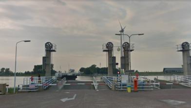 De aankomst van een pont in Spaarndam.