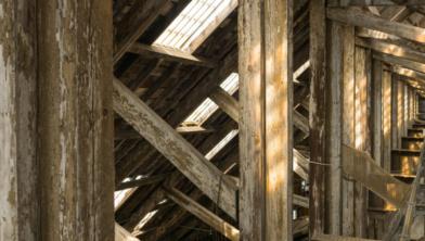 Balken uit slooppanden krijgen een tweede leven in andere gebouwen.