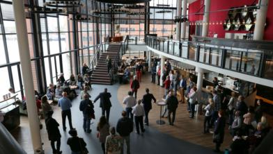 Maandelijks doen werkzoekende 50-plussers nieuwe energie en ideeën op bij het Netwerkcafé Zaanstad.