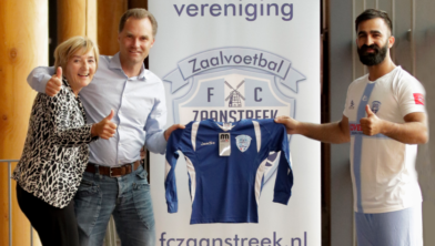 Links Ite Visser en Martijn Molenaar, rechts aanvoerder Barry Babar van FC Zaanstreek 2.
