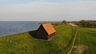 Eén van de dijkmagazijnen op de Wieringermeerdijk.