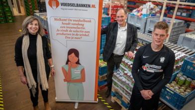 Astrid Heijkamp (AHQ Beheer), Hans Brinkhuis (voedselbank) en Aaron Conijn (aanvoerder Heren 1).