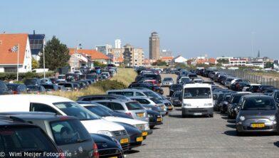 Volle parkeerterreinen in Zandvoort op mogelijk laatste tranddag van 2021