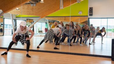 Fiene Freriks geeft een workshop hiphop dansen tijdens het Beroepenfeest in Oosterheem