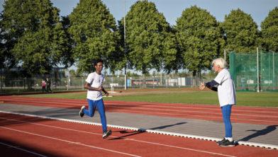 Sportmaatje Cees van ARV Ilion en Samuel trainen samen op de atletiekbaan.