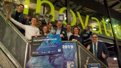 Het winnende team Heijmans – Haagse Hogeschool met juryvoorzitter Medy van der Laan, wethouder Jan Iedema van Zoetermeer, algemeen directeur Erik van Engelen van Techniek Nederland en dagvoorzitter Jacques van der Krogt.