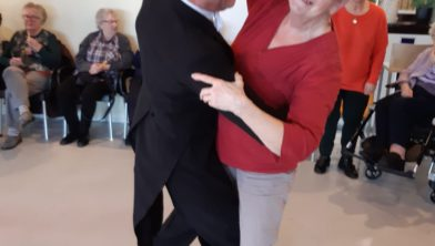 een wijkbewoner ging samen met een professionele danser de dansvloer op