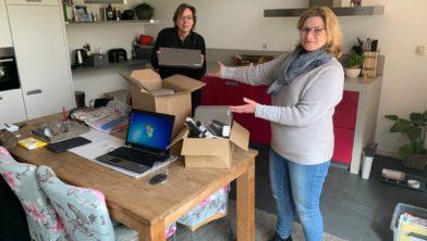 Suzanne Poel overhandigt de laptops aan directeur Piëzo Mirjam van Bijnen