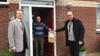 Wethouder Robin Paalvast (links) eerder dit jaar bij het uitdelen van het ledpakket aan woningeigenaren