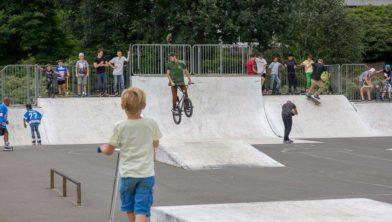 Een niet-overdekt skatepark in park de Wezenlanden