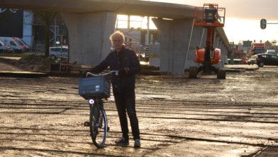 Edwin Koster, voorzitter Fietsersbond, neemt een kijkje bij de Zalnébrug