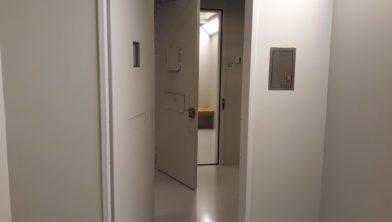 Koud beton en een dikke deur