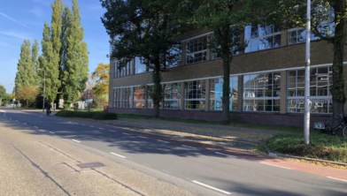 De plek van de nieuwe bushalte bij de voormalige Ambachtschool