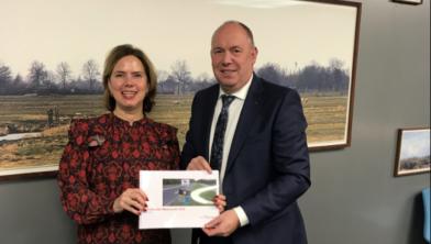 Minister Cora van Nieuwenhuizen krijgt van Bert Boerman de Marsroute N35