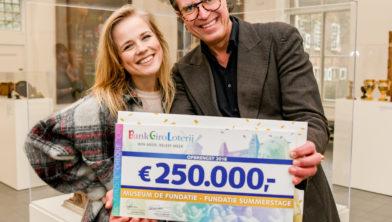 Museum de Fundatie ontvangt een cheque van 250.000 euro voor het organiseren van zomerconcerten