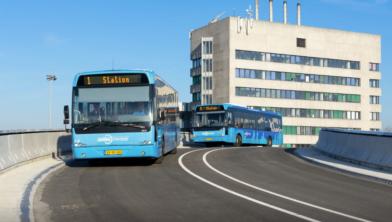 De eerste bussen over de busbrug