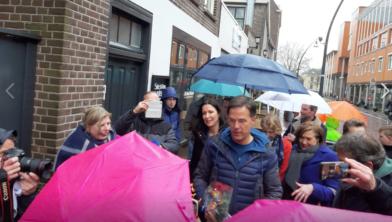 Premier Mark Rutte praat met een vertegenwoordiging van Stichting Single Supermom