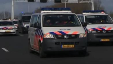 De colonne langzaam rijdende politieauto's komt langs Zwolle