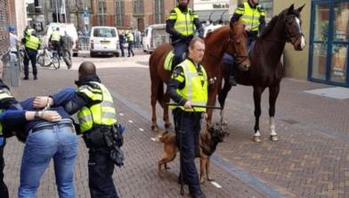 De politie knokt met jongeren als oefening