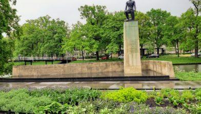 Het monument in het Ter Pelkwijkpark