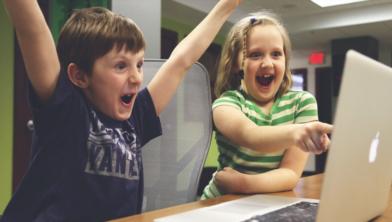 Jongens gebruikten in 2018 vaker dan meisjes een pc of spelcomputer met internet. Van de jongens gebruikte 70 procent een pc om te internetten, bij meisjes is dit 56 procent.
