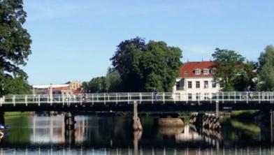 De brug in het Almelose Kanaal is een favoriete plek om vanaf te springen