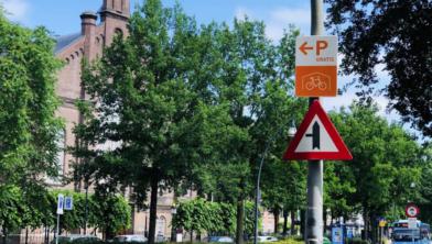 Borden wijzen de fietsers naar de fietsenstallingen
