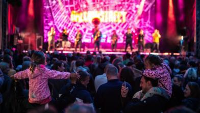 Bomvolle zalen tijdens de optredens bij het Stadsfestival