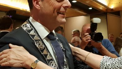 Bugemeester Peter Snijders tijdens zijn installatie