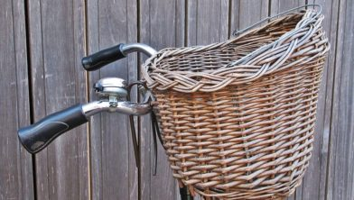 De handtas werd uit de fietsmand gestolen