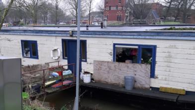 De verwaarloosde boot van Wilma aan het Almelose Kanaal