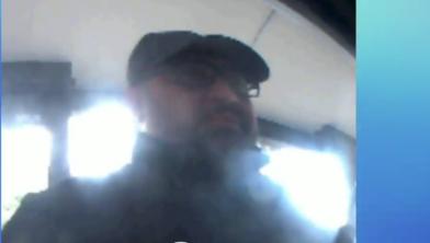 Een man pint nadat hij de pas afhandig heeft gemaakt met een babbeltruc