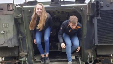 Dewi en Sanne uit Zwolle ervaren hoe het is om in een militair pantservoertuig te rijden.