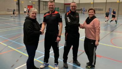 De trainers Coen Klappe, Pascal Riem geflankeerd door Jacqueline Malestein, Wanda Veld.