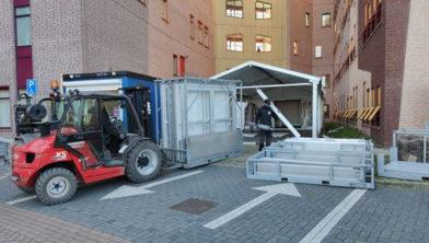 De triagetent bij de ingang van SEH Isala is weer afgebroken