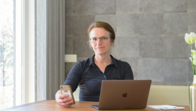 Kinderarts Jolita Bekhof aan eetkamertafel