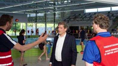 René de Heer wordt rondgeleid bij coronaproof zwemmen