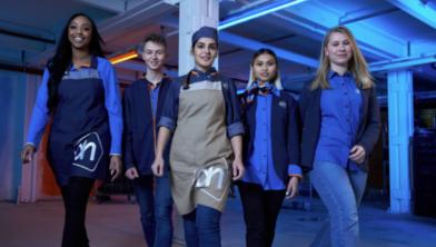 Medewerkers van Albert Heijn in de nieuwe outfit