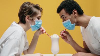 Moet een mondkapje op af? Er is een groot aantal regels in diverse landen