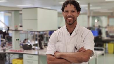 Deskundige infectiepreventie Marco van Dams in het lab