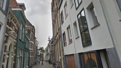 Burgemeester Peter Snijders sluit pand aan de Korte Kamperstraat