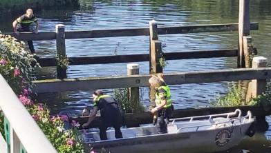 Politie probeert de verwarde man uit het water te praten