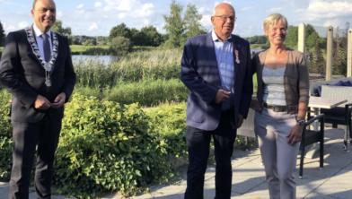 Burgemeester Peter Snijders met Teun Bouwhuis en zijn vrouw