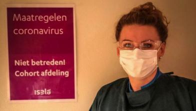 AOA-verpleegkundige Anne Trompert in beschermende kleding