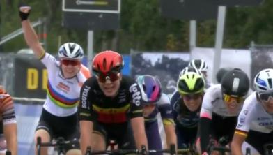 Een juichende Anna van der Breggen voor haar ploeggenoot Chantal Blaak