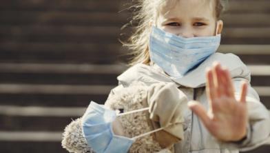 Gooi nooit een mondkapje weg. Er kan het coronavirus in zitten