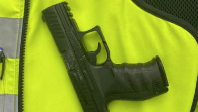 Automobilist met wapen op zak
