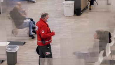 Een medewerker Rode Kruis checkt of het goed gaat