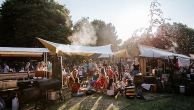 Gezelligheid tijdens het moutbierfestival in het Wezenlandenpark
