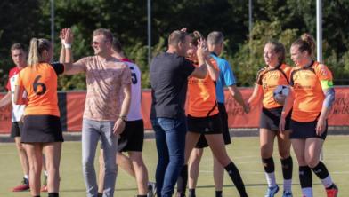 Highfivende spelers van Oranje Zwart na weer een zege